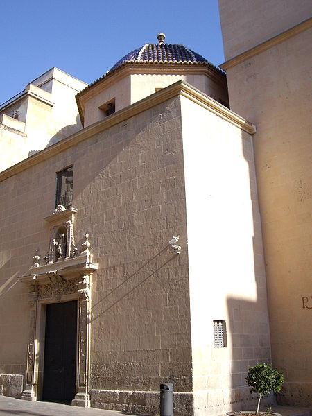 La concatedral vista por fuera. Observen la cúpula con tejas vidriadas azules. La foto fue tomada en 2008 por joanbanjo y está licencia como Creative Commons de dominio público. Gentileza de Wikimedia.