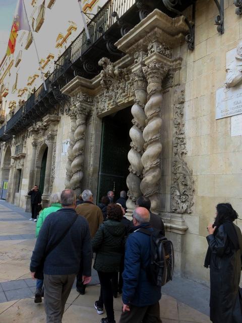 Vamos entrando al ayuntamiento por su puerta salomñonica.