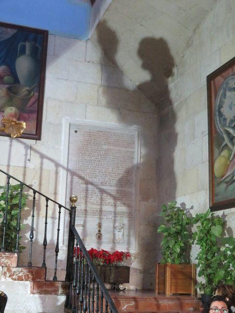Sombra de la estatua del San Juán de Dalñi en el ayuntamiento de Alicante,