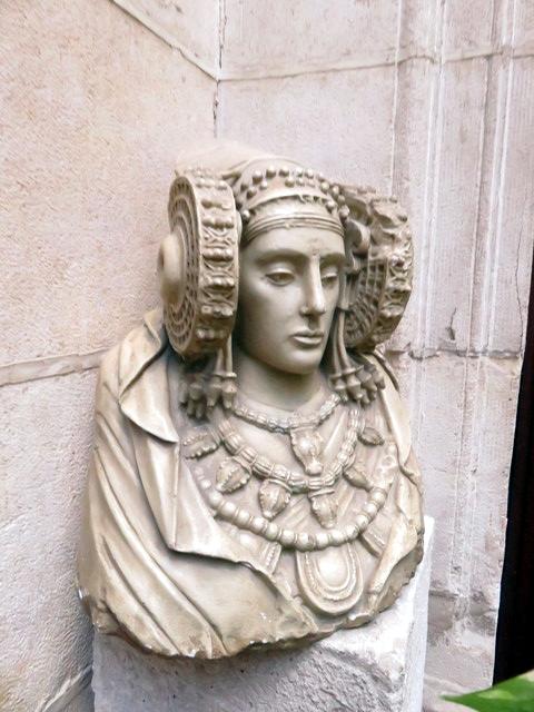 En una esquina de las escaleras una copia de la dama de Elche cuyo original está en el museo arqueológivo de Madrid.