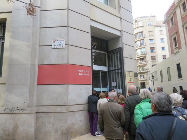 Entrando al Museo de las Hogueras.