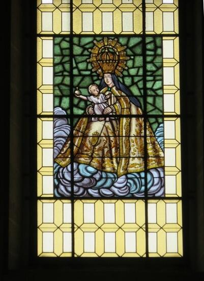Cristalera con la misma virgen del altar mayor.