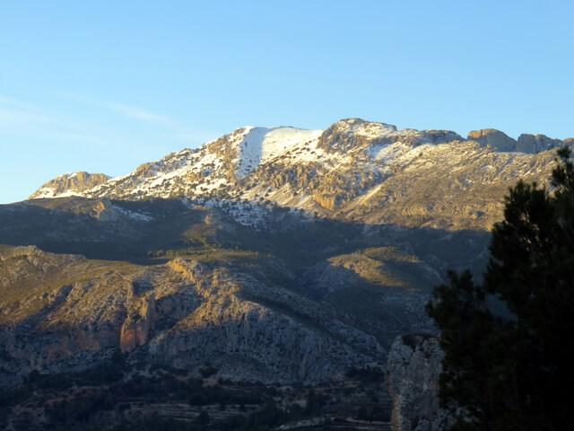Al atardecer el sol deje en sombra el valle e ilumina las cumbres. Valle de Guadalest.