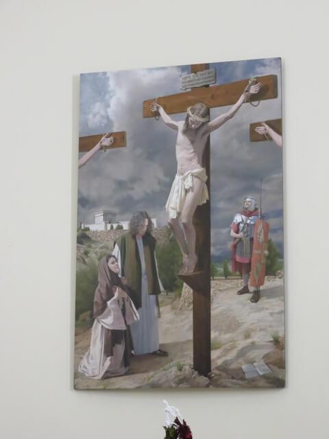 A su izquierda, a nuestra derecha, Jesucristo en la cruz.
