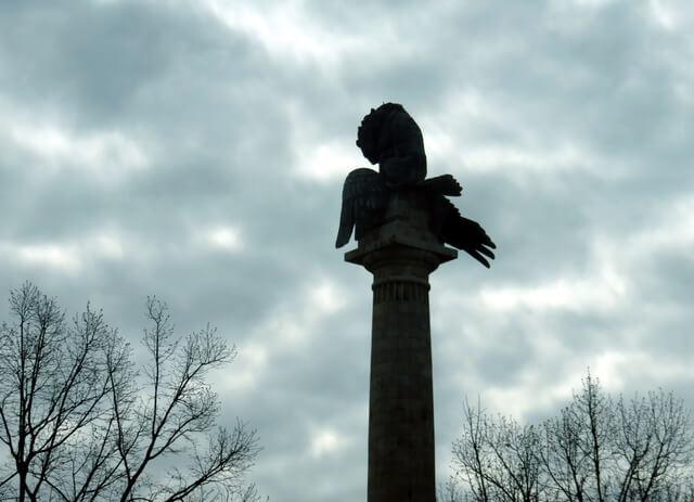 León y Águilla. El León es Portugal. El Águila es el ejército de Napoleón. Se trata del Monumento a los héroes de la guerra peninsular contra Napoleón.