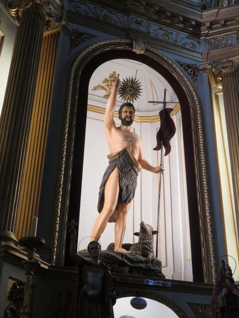 Al entrar me sorprende la iluminación de esta escultura. Es fantástica.