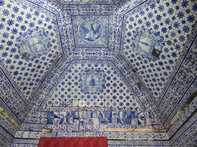 La cerámica azul del interior de la capilla de la memoria.