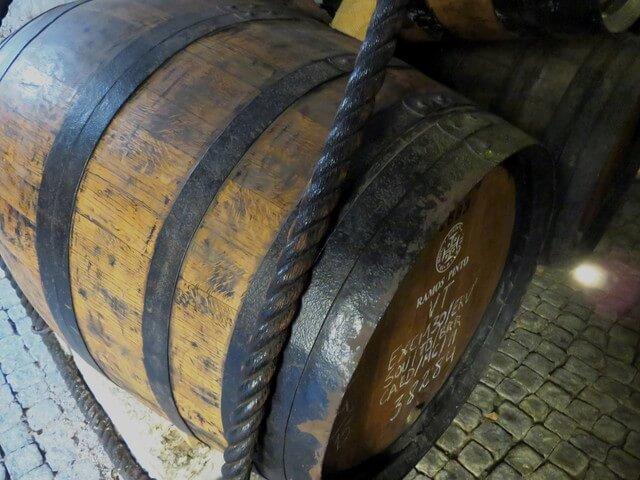 Después visitamos las bodegas. Aquí vemos una de ls barricas de roble en las que el vino termina de madurar.