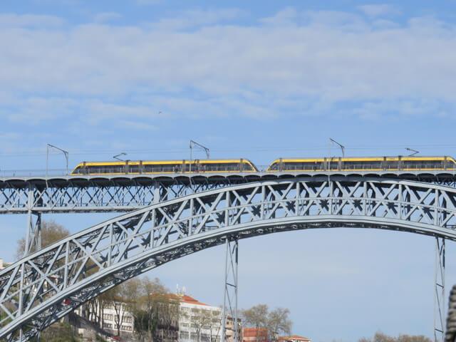 Dos trenes cruzándose en el puente.