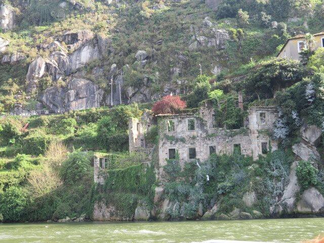 Construcciones abandonadas a la orilla del río.